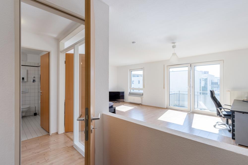 Blick von der Küche in das Wohn-/Ess-/Schlafzimmer
